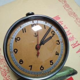 上海大光明钟表厂制闹钟,包老保真,售出不退 。品相如图,摇一摇,走一走,不摇不走,估计是里面灰尘太多了的缘故。东西手头重。民国,新中国公司合营以前。