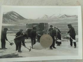 1971年青藏公路养路工人为运输车队开道解放车