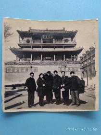 黑白老照片背景老建筑清风楼 标语:中国共产党万岁 各民族团结, 民俗老物件收藏