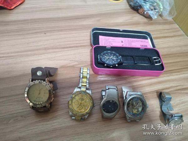 手表六个一起出售,有两个是劳力士,一个是男表,一个是女表。一个欧米茄。一个海鸥女手表,还可以正常使用,有一个是在澳门旅游的时候买的,全新,从未使用,还有一个是韩国牌子的手表,这个已经坏了,只能作为收藏用。