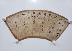 """弄笔岁月久:江户时代书法大家、""""幕末三笔""""之(卷菱湖)书扇一帧:日本古代文人书画家大都根植于中国古代书画名家,在整个文化领域也受汉文化重大影响。卷菱湖一生倾心中国晋、唐书法。楷书研习欧、褚。行书以李邕,王羲之为师。草书以《孝经》《书谱》《十七帖》《绝交书》为临本。此书录秋居三首之一。书法风神俊朗、诗境恬淡萧散,颇具晋唐风骨。多年前""""萧远堂""""晴窗下,微醺的卷菱湖笔走龙蛇,为我们留下他心中永远的秋天。"""