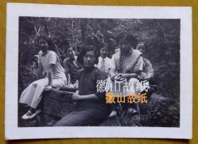 民国老照片:民国安徽滁州——滁县琅琊山中大石上,民国旗袍美女,像一群女学生。1934年。有背题文字