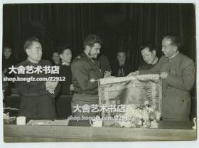 1960年周恩来总理和古巴革命领导人切·格瓦拉老照片,20.2X14.5厘米