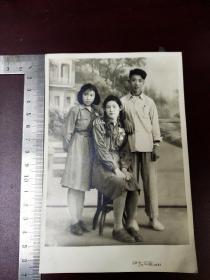 1961年摄立功女军人合影黑白照片一张,长16.7宽11厘米