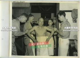 民国1944年4月二战中缅印战区,印度的中国远征军士兵在第60野战医院接受伤寒和霍乱疫苗注射老照片