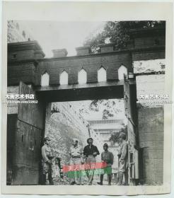 1945年日本投降后,守卫北京城墙根下美国使馆的日军哨兵老照片,美国军官从大门进出。非常少见的特殊历史时期。