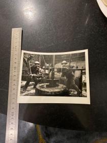 1968年新华社新闻照片 红太阳照亮了天山南北 新疆克拉玛依三二四二钻井队的石油工人正在紧张地工作
