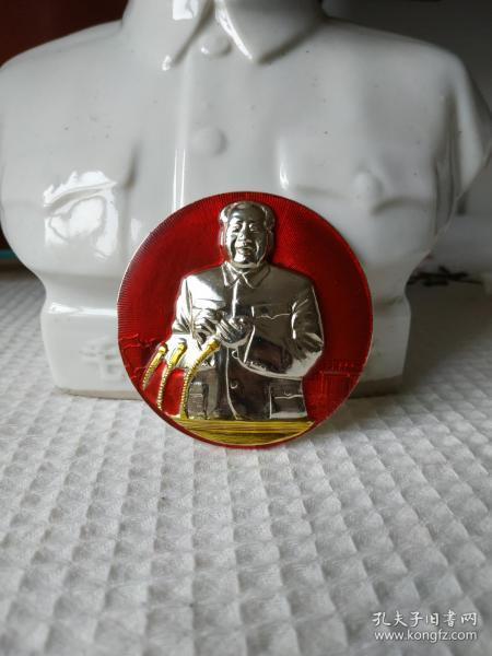 文革时期的毛主席正面主席台讲话高浮雕彩色像章。非常少见,品相极佳,适合收藏