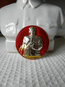 文革时期毛主席正面主席台讲话高浮雕彩色像章。非常少见,品相极佳,适合收藏