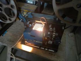 甘肃产 甘光牌16毫米 一体电影放映机 品相一流  内置音响 且声音响亮  图像清晰 有影布  带试机电影胶片一部