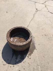 青石鱼盆,做工精细,皮壳老辣,置于会所茶室摆设…上口直径47厘米,高25xw厘米