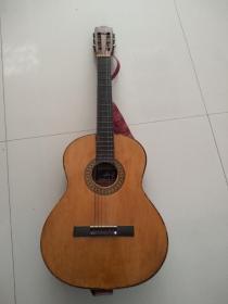 知音牌吉他,品相为九品左右,能正常使用,背面有一根牛皮制的背带,