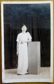 民国老照片: 民国旗袍美女,戴手表的,照相馆布景。【陌上花开系列】