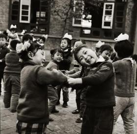 1980底片一张:幼儿园做游戏的小女孩,衣服上有中国联通的logo,稀见