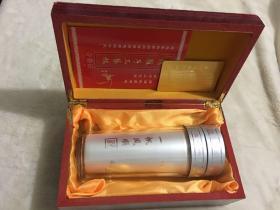 全新未使用过  纯银内胆工艺茶杯一个, 专利产品,馈赠亲友佳品,茶杯直径约7厘米,高19厘米,重266.7克,带木盒