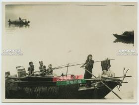 民国长江江面上讨生活的船家一家人老照片,泛银