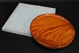 (乙6126)大尺寸 分量较重《日本传统工艺漆器》原盒漆盘一件 圆盘 盛盘 天然木木胎漆器 木纹理清晰 无异味 整块木 直径为:32.5cm 高:2.27cm 公元前二百多年中国的漆艺就开始流传到日本,由于地理环境相似,日本也组织起了漆器生产,形成了日本独特的漆器风格。