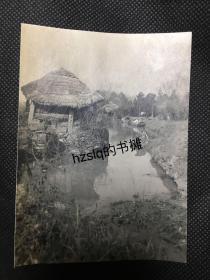 【照片珍藏】民国初苏州废弃河道边的茅草屋及正在洗涤的当地妇女等周边景象,画面极为古朴。老照片影像清晰品质佳、背有注释,内容少见、颇为难得