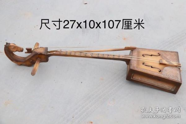胡杨木马头琴,产自蒙古,琴弦处嵌有1毫米紫檀木,马头雕刻精美,磨损自然,琴音柔曼厚重,尺寸如图……老货