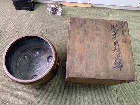 清末日本铜火炉一个,造型线条流畅,比较厚实,高22厘米,直径25厘米,木盒装