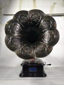 民国时期,美国胜利牌大喇叭留声机,手摇唱机,不用电。机箱橡木制作,声音洪亮,完整,正常使用。