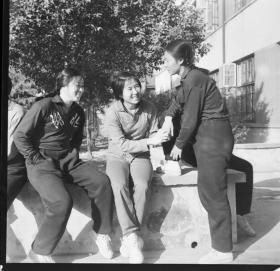 1977前后底片一张:湖北省,河南和安徽三位女运动员交谈