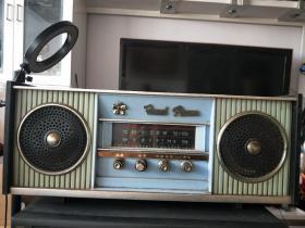宝石花2T2型二波段交直流半导体收音机,有呲呲的声音。