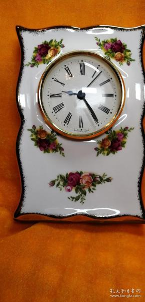英国品牌骨瓷RoyalAlbert座钟。1962年制骨瓷钟座,德国Hechinger公司制时钟。非常漂亮名贵的座钟摆件。钟正常运行准时。品相佳。尺寸:高15.5cm,宽11cm.