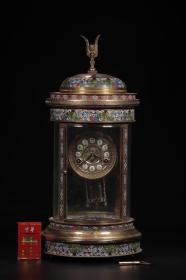 海外回流,烧蓝座钟摆件尺寸:25.2x55cm,重9312g此件铜烧蓝座钟,整体造型为亭台式样,二针盘时钟,钟悬于亭顶上部,外罩有玻璃,内附绘烧蓝平衡摆,做工精致,色彩艳丽,将中国传统的烧蓝工艺与欧洲风情结合的座钟十分具有清代气息,历史悠远。