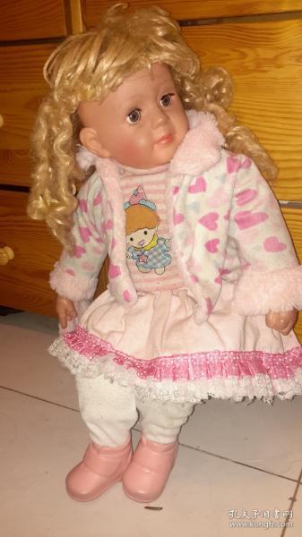 一个特大号的洋娃娃绒绒玩具,小孩子抱着搂着摆着都行~