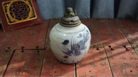 清·凤凰牡丹青花罐·壶改罐 有窑沾打磨痕迹,如图配了个老铜狮子盖,效果还不错[色]