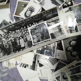 老照片,年代50到60年代,主人公吴女士,多半都是她在北京女子中学的同学或在其他学校读书时的同学照片,还有她个人以及亲朋好友的照片,有学术和历史参考价值,总共155张。标的是一张的价格,通走,不单卖。
