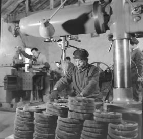 1977底片一张:手工操作打制砂轮