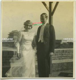 民国时期外国人在北京崇文门城楼一带的城墙上拍婚纱照老照片,泛银。感叹现在的北京人都没这福气了