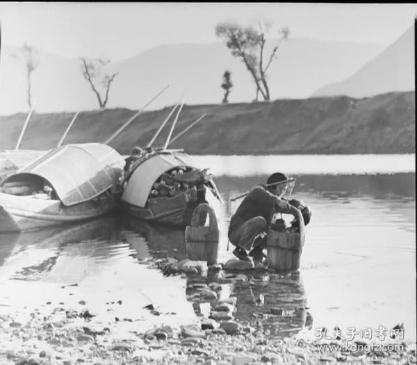 1980前后底片两张:当涂县青山河小船,水桶担水