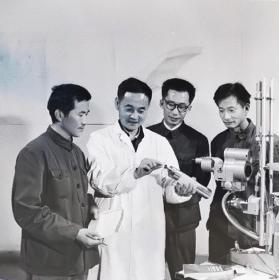 1977底片两张:安徽省立医院眼科边协义医生,布景采光有文革时期的味道