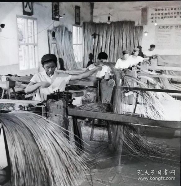 1977底片一张:在学大寨标语下的舒城舒席生产女工人