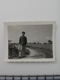 老照片 农村青年走在希望田野上