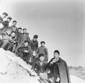 1959公私合营阜阳丽芳照相馆底片一张:公社水利委员会现场会议,构图漂亮