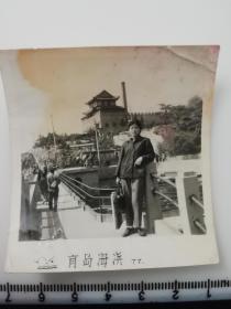 老照片 青岛海滨 古建筑城楼 1977