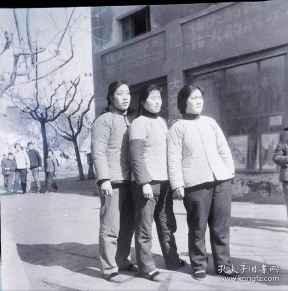 1967底片一张:街头四个伟大标语下三位女同志合影