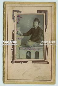 民国早期烟花柳巷女子李小桃照片,皮袄俏皮小帽,侧坐读书。粘贴在照相馆卡纸上,整件尺寸为16X10厘米