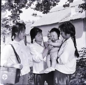 1975方底片一张:含山县女赤脚医生给小朋友测心率