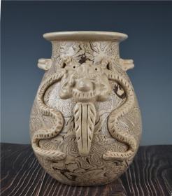 兽面纹双系罐 高21厘米 宽16厘米。