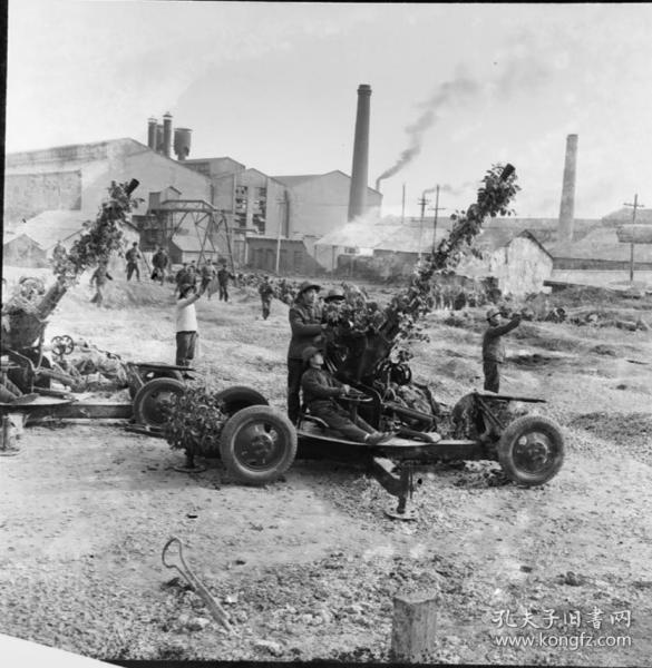 1975底片一张,城市工厂工人民兵进行高射炮训练