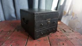 民国老首饰盒·铜件齐全,完好。品相尺寸如图彩绘款式清楚 很难得的一件收藏品带两个老锁,没有钥匙,可以自己配个工艺精良 喜欢别错过[色]21x13x15cm