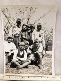 民国抗战时期原版老照片:挂着相机的美女和鬼子们合影