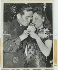 民国1946年美国费城中国华侨男人娶外国女子的传统中国结婚婚礼,新娘穿旗袍,两个人共饮一杯酒,1946年老照片。