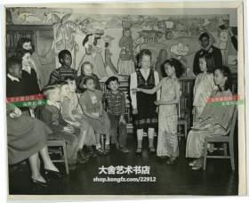 民国1948年华人华侨子女,穿旗袍的小女孩和同龄当地异国儿童在图书馆中一起聊天交流老照片