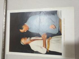 1958年,毛主席和新疆维吾尔族老贫农库尔班图鲁木亲切握手